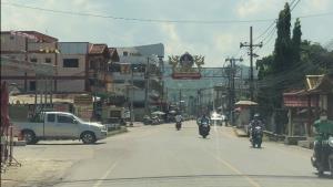 คลัสเตอร์วงเหล้าแม่สายทำโควิดลาม ผู้ป่วยใหม่เพิ่ม 11 ราย ชาวบ้านลงมติปิดถนนชุมชนชายแดนห้ามคนเข้าออก