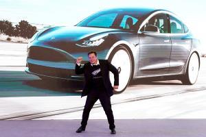 """""""อีลอน มัสก์"""" ประธานบริหารเทสลามอเตอร์ส ในงานส่งมอบรถยนต์ Tesla รุ่น 3 ในเซี่ยงไฮ้ (ภาพรอบเตอรส์)"""