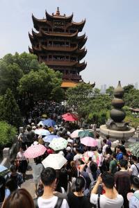 กลุ่มนักท่องเที่ยวจีนไปเที่ยวหอนกกระเรียนเหลือง นครอู่ฮั่น ระหว่างวันหยุดแรงงาน ภาพวันที่ 2 พ.ค.2021  (แฟ้มภาพจากรอยเตอร์ส)