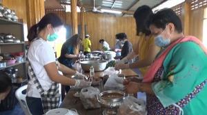 ถึงเวลาต้องช่วยกัน พระวัดบ้านธาตุใต้ สระบุรี ร่วมกับชาวบ้านเปิดโรงครัวช่วยโควิด-19