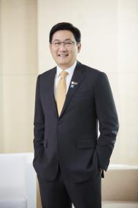 นายภากร ปีตธวัชชัย กรรมการและผู้จัดการ ตลาดหลักทรัพย์แห่งประเทศไทย และกรรมการและเลขานุการ มูลนิธิตลาดหลักทรัพย์แห่งประเทศไทย