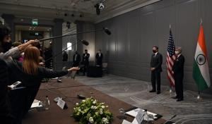 รัฐมนตรีต่างประเทศ แอนโทนี บลิงเคน ของสหรัฐฯ (ซ้าย) แถลงข่าวร่วมกับรัฐมนตรีต่างประเทศ สุพรหมณยัม ชัยศังกระ ของอินเดีย (ขวา) ภายหลังหารือกันแบบทวิภาคีเมื่อวันจันทร์ (3 พ.ค.) ก่อนการประชุมระดับรัฐมนตรีต่างประเทศของ จี 7 จะเริ่มขึ้นเสียอีก  อย่างไรก็ตาม ภายหลังฝ่ายอินเดียเผยว่ามีเจ้าหน้าที่ในคณะ 2 คนติดเชื้อโควิดแล้ว ทางบลิงเคนบอกว่า เขาผ่านการฉีดวัคซีนป้องกันมาแล้ว จึงไม่น่ามีปัญหาอะไร