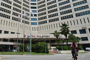 โรงพยาบาลตันต็อกเส็ง ในสิงคโปร์ เป็นสถานที่หนึ่งซึ่งเกิดคลัสเตอร์ผู้ติดเชื้อโควิด-19 เมื่อไม่นานมานี้   ขณะที่ทางการรีบออกมาตรการเข้มงวดเพิ่มเติมเพื่อควบคุมสถานการณ์