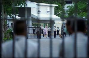 """ภาพนาที """"รุ้ง ปนัสยา"""" เดินชู 3 นิ้ว ออกจากคุกหญิง หลังได้ปล่อยตัวชั่วคราว"""