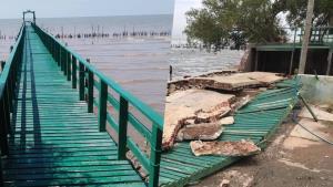 """เสียดาย! """"สะพานเขียว"""" แลนด์มาร์กสมุทรสาครพังยับ เสายังไม่เหลือ ไปกับพายุหมด"""