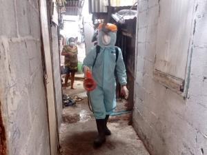 มูลนิธิมาดามแป้ง รุดฉีดฆ่าเชื้อโควิดด่วน ช่วยวิกฤตบ่อนไก่