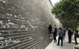 จีนปวดหัว! วันหยุดแรงงานมาพร้อมนักท่องเที่ยวมือบอน ปีนกำแพงหมิง สลักกำแพงเส้าหลิน