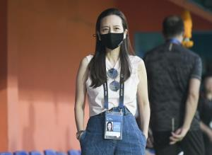 """""""มูลนิธิมาดามแป้ง"""" ส่งชุดอุปกรณ์ป้องกันและชุด PPE หนุนอาสาชุมชนดูแลชาวคลองเตย"""