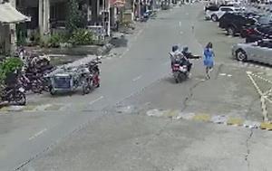 เตือนภัยสาวๆ ผจก.สาวโชว์รูมรถถูก 2 คนร้ายอุกอาจกระชากกระเป๋ากลางวันแสกๆ กลางถนน