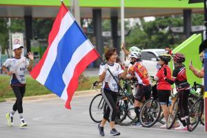 วิ่งธงชาติไทยลุยต่อวันที่ 43 รวม 3,289 กม. พ่อเมืองพิษณุโลกนำทีมส่งกำลังใจทัพนักกีฬาไทย