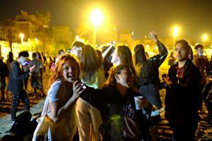 ผงะ! ผู้คนแห่ฉลองบนถนน-จัดปาร์ตี้ทันที หลังสเปนยกเลิกภาวะฉุกเฉินและเคอร์ฟิวสกัดโควิด (ชมคลิป)