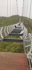 กลัวขาสั่น! นักท่องเที่ยวจีนติดกลางสะพานกระจกสูง 260 เมตร ท่ามกลางลมพายุซัดกระหน่ำ