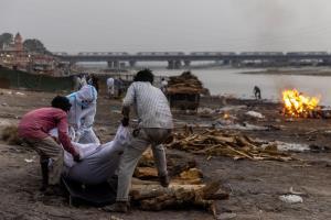 ชาวบ้านช็อก! พบศพเกือบร้อยลอยติดฝั่งแม่น้ำคงคาในอินเดีย เชื่อเป็นเหยื่อโควิด-19