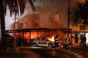 หน่วยดับเพลิงของอิสราเอลในเมืองโฮลอน กำลังเข้าดับไฟที่โหมไหม้รถบัสและรถยนต์ที่ถูกเล่นงานโดยจรวดที่ยิงออกมาจากฉนวนกาซา
