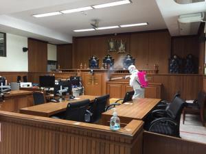 """ศาลฉีดพ่นแอลกอฮอล์ฆ่าเชื้อโควิด-19 หลัง """"รุ้ง-ปนัสยา"""" โพสต์ไทม์ไลน์ไปเรือนจำ-ศาลอาญา"""