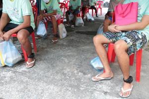 ติดกำไลข้อเท้าอีเอ็มให้ผู้ต้องขังที่ได้พักโทษก่อนปล่อยตัวกลับบ้าน ลดความแออัดช่วงโควิด-19 ระบาด