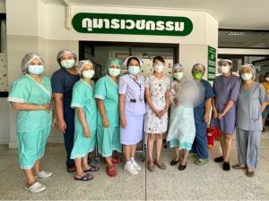 ภาพประทับใจทีมแพทย์ส่งเด็กชายวัย 1 เดือนเศษ รักษาโควิด-19 หายได้กลับบ้านพร้อมคุณแม่