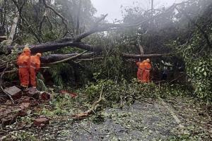เคราะห์ซ้ำ! พายุไซโคลนทรงพลังจ่อซัดถล่มอินเดีย ตายแล้วอย่างน้อย 6 ราย
