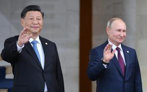 ประธานาธิบดีสี จิ้นผิง ของจีน และประธานาธิบดีวลาดิมีร์ ปูติน วางท่าให้ถ่ายภาพ ขณะเข้าร่วมการถ่ายรูปหมู่ ณ การประชุมสุดยอดระดับผู้นำของกลุ่มบริกส์ (BRICS) ที่กรุงบราซิเลีย ประเทศบราซิล ในปี 2019