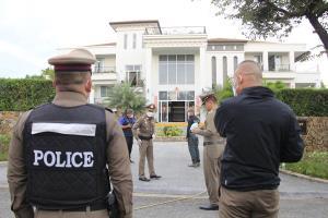 เกิดเหตุชาวต่างชาติใน จ.ชลบุรีใช้อาวุธปืนกระหน่ำยิง ตร.ขณะนำหมายศาลเข้าค้นบ้านหรูทำเจ็บสาหัส 2 นาย