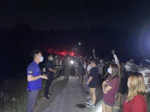 สงสัยจะคัน! เชียงใหม่บุกทลายบ่อนไก่ชนเปิดเย้ยโควิด-19 พร้อมล้อมจับโจ๋ชายหญิงกว่า 50 คนมั่วสุมกลางคืน