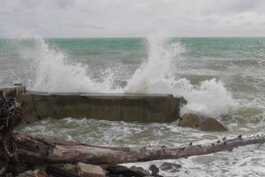 เสียหายยับคลื่นสูง 2 เมตร ซัดชายหาดบางเนียง จ.พังงา