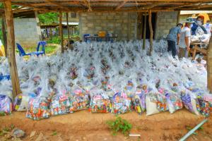 """""""ธรรมนัส"""" มอบ """"ธนัสถ์ ทวีเกื้อกูลกิจ"""" เป็นตัวแทนมอบถุงยังชีพช่วยหมู่บ้านผาผึ้ง  จ.ตาก สู้ภัยโควิด"""