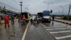 ตูมสนั่นถนนแม่สอด-อุ้มผาง! กระบะขนผักฝ่าฝนชนท้ายรถก่อสร้างทาง คนงานกระเด็นเจ็บ 5
