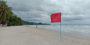 เร่งปักธงแดงเตือนนักท่องเที่ยวห้ามลงเล่นน้ำตลอดแนวชายหาดเกาะช้าง