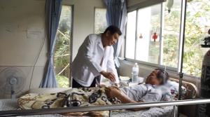 """""""พ่อพระผู้เยียวยา"""" 22 ปี รักษาฟรี """"คนป่วยมะเร็งผู้ยากไร้"""" [มีคลิป]"""