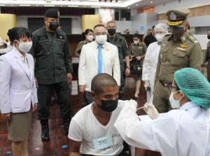 นายแพทย์ใหญ่ รพ.ตำรวจ นำวัคซีนที่มอบเพื่อฉีดให้บุคลากรการแพทย์ โรงพยาบาลยะลาสิริรัตนรักษ์
