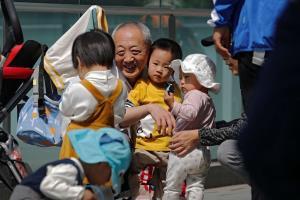 """คนอยากมีลูกเฮ! """"จีน"""" เปลี่ยนกฎอนุญาตมีลูกได้ 3 คน หลังทั้งประเทศเริ่มเข้าสู่สังคมผู้สูงอายุ"""