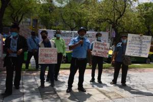 """แท็กซี่บุก """"คมนาคม"""" ร้องยกเลิกกฎกระทรวง เรียกรถป้ายดำผ่านแอปฯ ซ้ำเติมผู้ประกอบการ"""