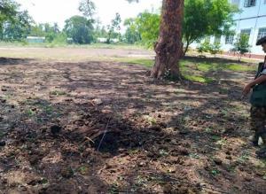 หลุมระเบิดที่ลานด้านหน้าโรงเรียนมัธยมยินมาปิ่น ภาคสะกาย (ภาพจาก Khit Thit Media)