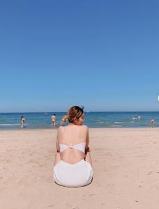 """ออร่าแผ่กระจาย! """"ปิยะนุช-โสรยา"""" คว้าผ้าจิ๋วปิดท่อนบนตะลุยชายหาด"""