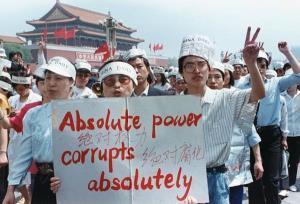 กลุ่มนักหนังสือพิมพ์สนับสนุนการประท้วงเรียกร้องประชาธิปไตยที่จัตุรัสเทียนอันเหมิน กรุงปักกิ่ง ภาพถ่ายเมื่อวันที่ 17 พ.ค.1989 (แฟ้มภาพ รอยเตอร์ส)