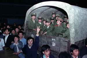 ชาวปักกิ่งล้อมรถหุ้มเกราะของกองทัพที่ขนทหาร 4,000 นาย บริเวณชานเมืองปักกิ่ง เมื่อวันที่ 20 พ.ค. 1989(แฟ้มภาพ รอยเตอร์ส)