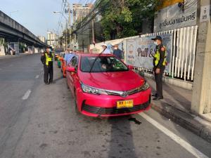 """""""กรมการขนส่งทางบก"""" แจง ตรวจไม่พบการเรียกเก็บค่าจอดรถแท็กซี่ หน้าสถานีรถไฟฟ้า MRT แยก อ.ต.ก."""