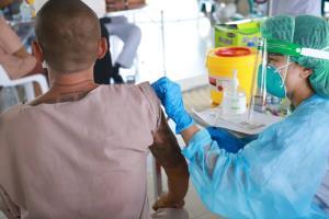 """""""สมศักดิ์"""" ตรวจเยี่ยมผู้ต้องขังฉีดวัคซีนโควิดเรือนจำพัทยา-ทัณฑสถานปทุมธานี สร้างภูมิคุ้มกันหมู่"""