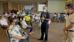 ชาวหนองคายในต่างอำเภอฉีดวัคซีนโควิดคึกคัก ส.ส นำฟ้าทะลายโจรแจกด้วย