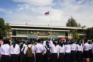 วิจารณ์สนั่น! หนุ่มเผยแชตครูสั่ง นร.ถ่ายรูปยืนเคารพธงชาติ ชาวเน็ตติง ไร้สาระ ทำการศึกษาไทยล้าหลัง