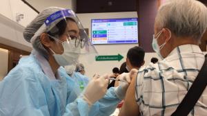 สสจ.เชียงใหม่สรุปยอดฉีดวัคซีนโควิด-19 วันแรกกว่า 1.2 หมื่นคนสูงเกินเป้า-พบรายงานอาการแพ้เล็กน้อย