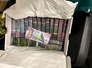 """ภาพที่เผยแพร่โดยตำรวจนิวซีแลนด์โดยไม่ระบุวันที่ แสดงให้เห็นกล่องบรรจุเงินสดจำนวนมาก ซึ่งเจ้าหน้าที่ยึดได้ระหว่างการออกกวาดจับแก๊งคนร้ายครั้งหนึ่งในแผนปฏิบัติการ """"เกราะเมืองทรอย"""" (Operation Trojan Shield)"""