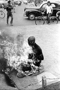 โลกตะลึง..พระสงฆ์เผาตัวตายประท้วง! ประธานาธิบดีคริสต์ไม่ยอมให้ชาวพุทธชักธงวันวิสาขบูชา!!