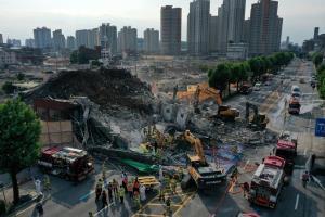นาทีช็อก! ตึกถล่มใส่ถนนพลุกพล่านในเกาหลีใต้ ทับรถบัสตายอย่างน้อย 9 ศพ (ชมคลิป)