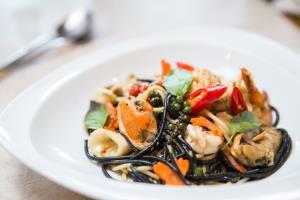 """อร่อยพร้อมเสิร์ฟ ส่งฟรีไม่มีขั้นต่ำ กับ """"เมนูอาหารเดลิเวอรี""""  ณ โรงแรมแคนทารี 304 ปราจีนบุรี"""
