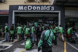 แมคโดนัลด์อินโดฯ ปิดชั่วคราว 13 สาขา หลังคนแห่สั่งชุด 'BTS Meal' จนไรเดอร์แน่นร้าน