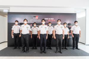 """โนริอากิ ยามาชิตะ กรรมการผู้จัดการใหญ่ บริษัท โตโยต้า มอเตอร์ ประเทศไทย จำกัด พร้อมด้วย นายสนธยา คุณปลื้ม นายกราชยานยนต์สมาคมแห่งประเทศไทยในพระบรมราชูปถัมภ์  และนาย    สุรศักดิ์ สุทองวัน รองกรรมการผู้จัดการใหญ่ บริษัท โตโยต้า มอเตอร์ ประเทศไทย จำกัด ร่วมแถลงข่าวการจัดกิจกรรม """"Toyota Gazoo Racing Motorsport 2021"""" ผ่านช่องทางออนไลน์"""