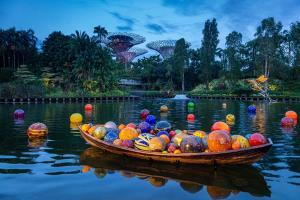 ประติมากรรมFloat Boat and Floats โซนทะเลสาบ (ภาพจาก Chihuly Studio โดย Nathaniel Willson)