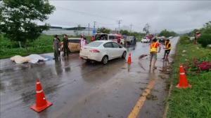 สลด! หนุ่มใหญ่ซิ่ง BMW สปอร์ตฝ่าฝนกลับจากเขาค้อ พุ่งข้ามเกาะกลางชนเก๋ง ดับ 3 ศพ เจ็บ 1